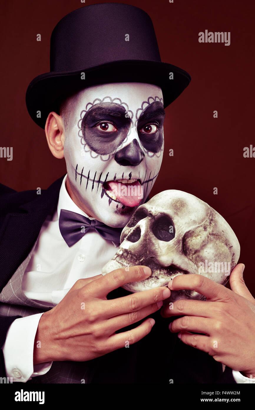 Un Hombre Joven Con Calaveras Mexicanas Maquillaje Vestido Con