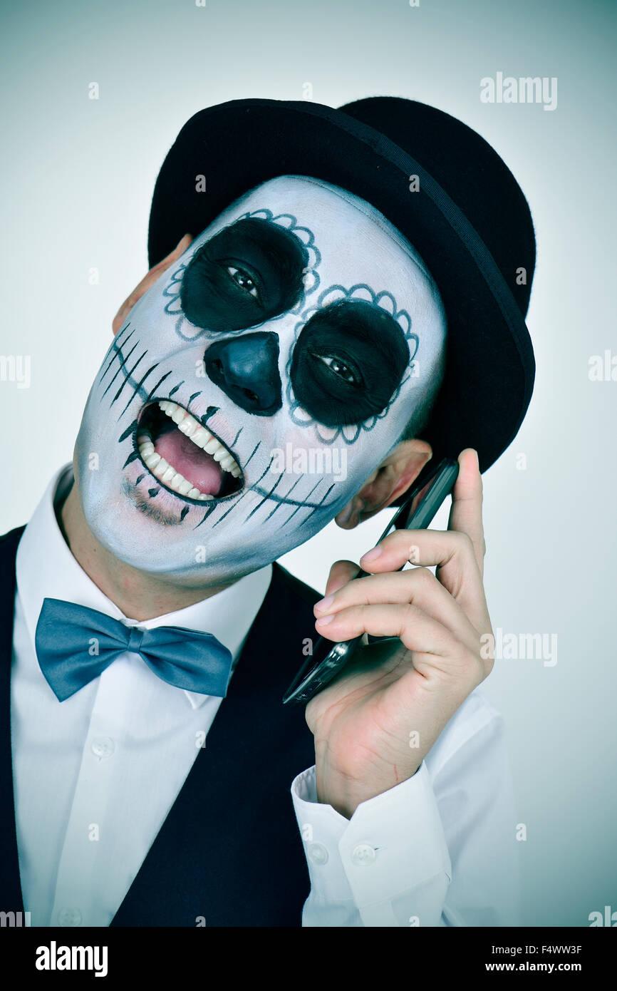 Retrato De Un Hombre Con El Maquillaje Calaveras Mexicanas Luciendo