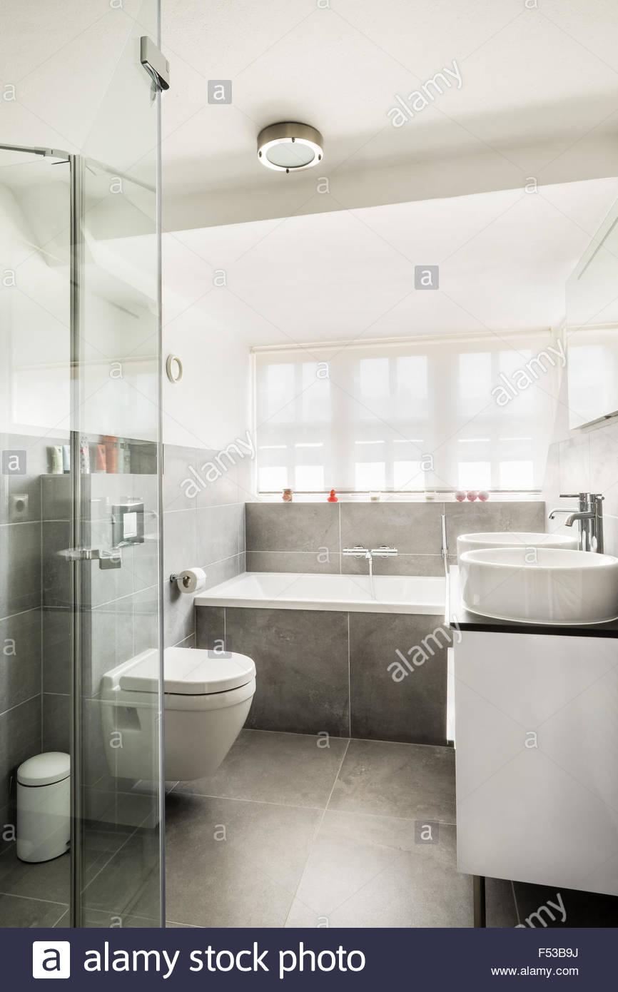 Cuarto de baño pequeño y moderno interior con paredes brillantes y ...