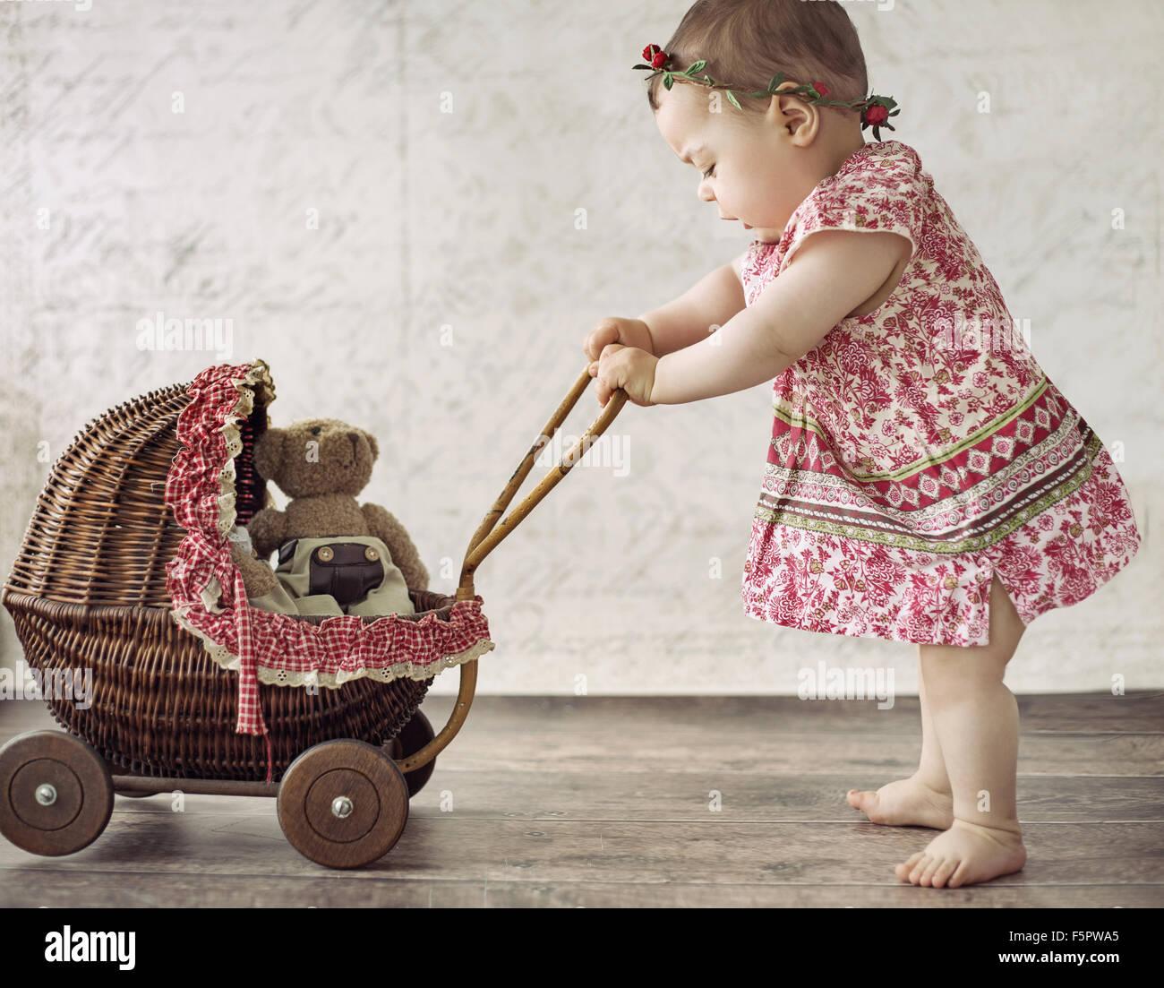 Poco Lindo Nina Jugando El Carro De Juguete Foto Imagen De Stock