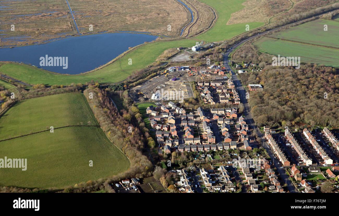 Vista aérea de las nuevas viviendas se construyeron el borde del cinturón  verde de la ciudad en la tierra c404ad38b076