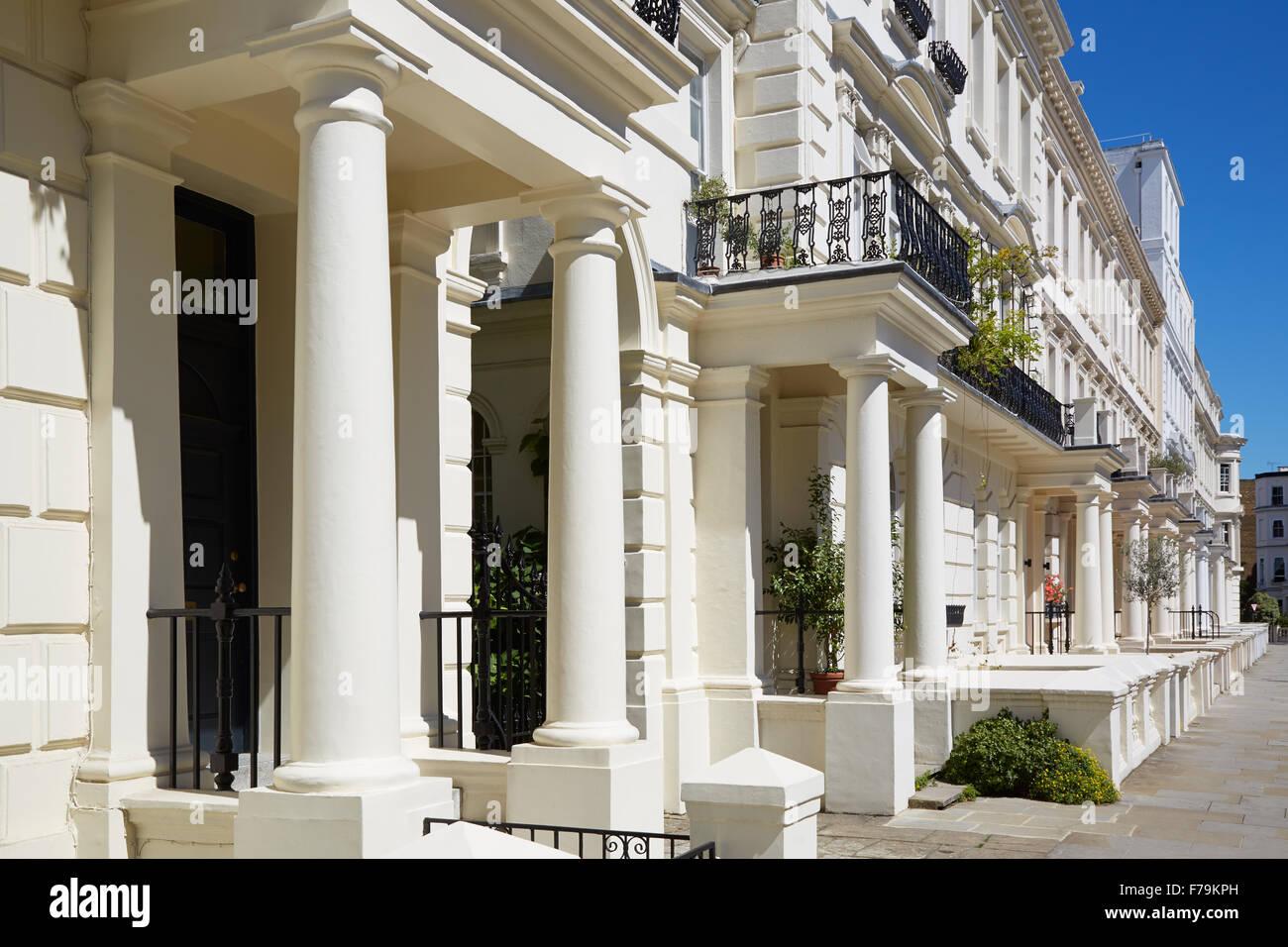 Casas de lujo fachadas blancas en Londres, municipio de Kensington y ...