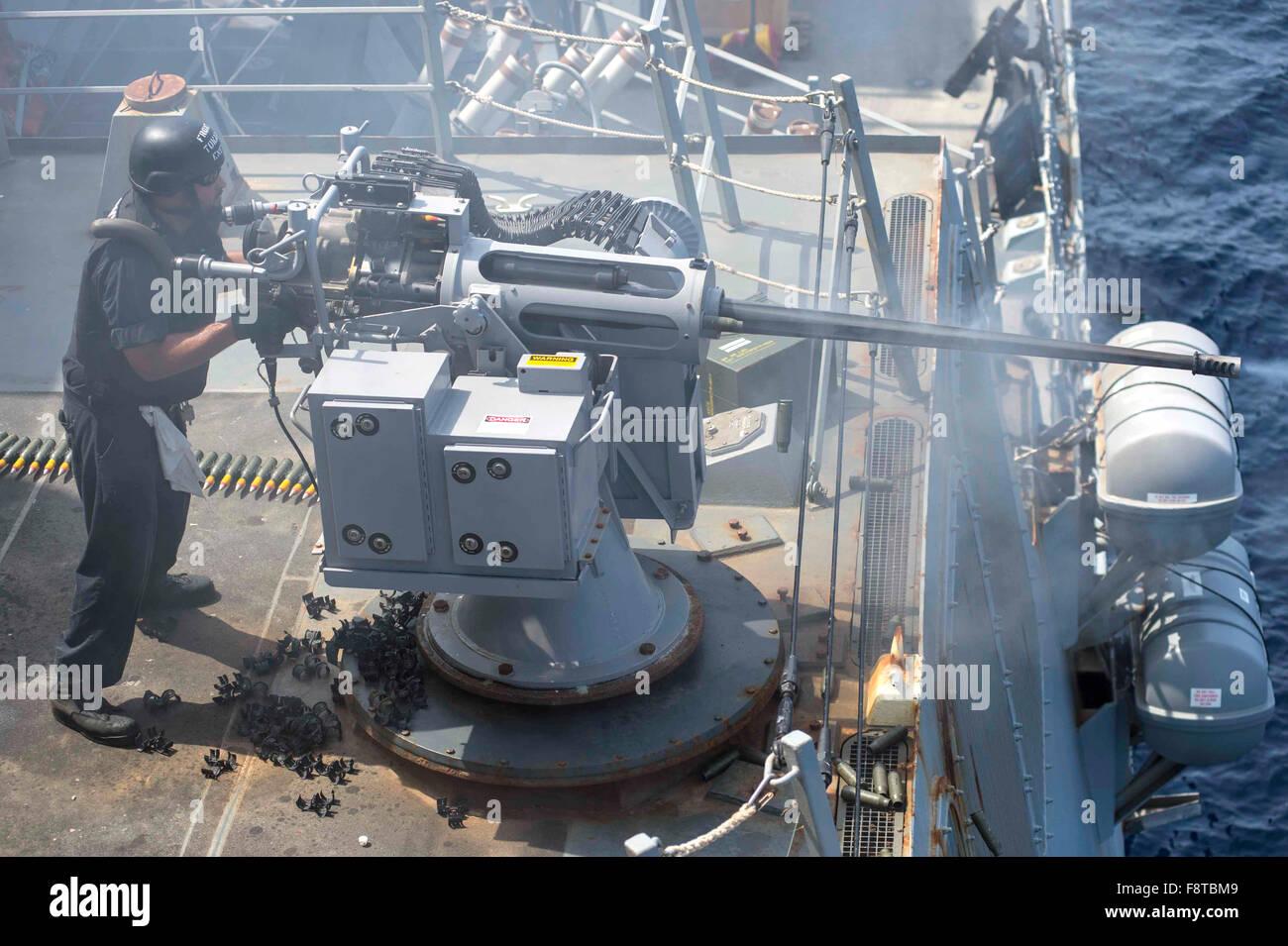 Noticias Y Generalidades - Página 5 El-gunners-mate-de-primera-clase-desencadena-un-mk-38-25mm-pistola-cadena-durante-un-ejercicio-de-fuego-vivo-a-bordo-del-destructor-de-misiles-guiados-uss-farragut-ddg-99-f8tbm9