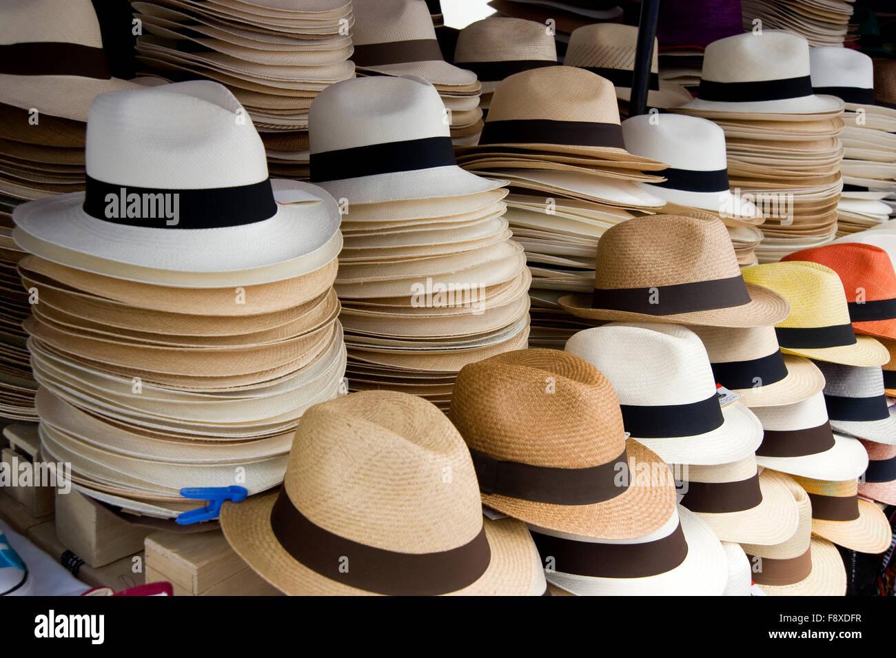 Sombreros de Panamá en la exhibición en el mercado de Otavalo ... 73c6c448856