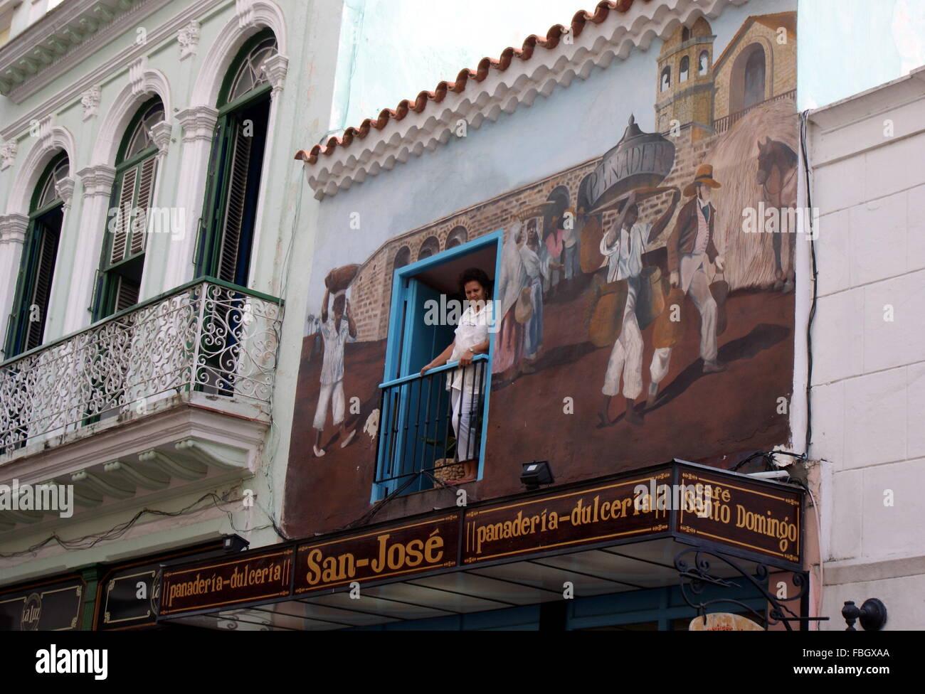 Mujer Mirando Hacia Abajo Desde El Balcon Del San Jose De Pasteleria