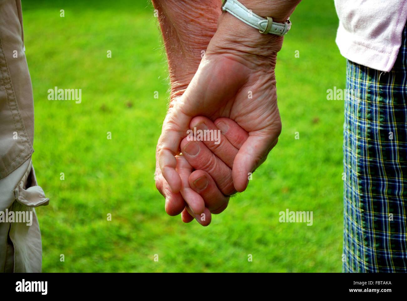 Pareja De Ancianos Tomados De La Mano Foto Imagen De Stock