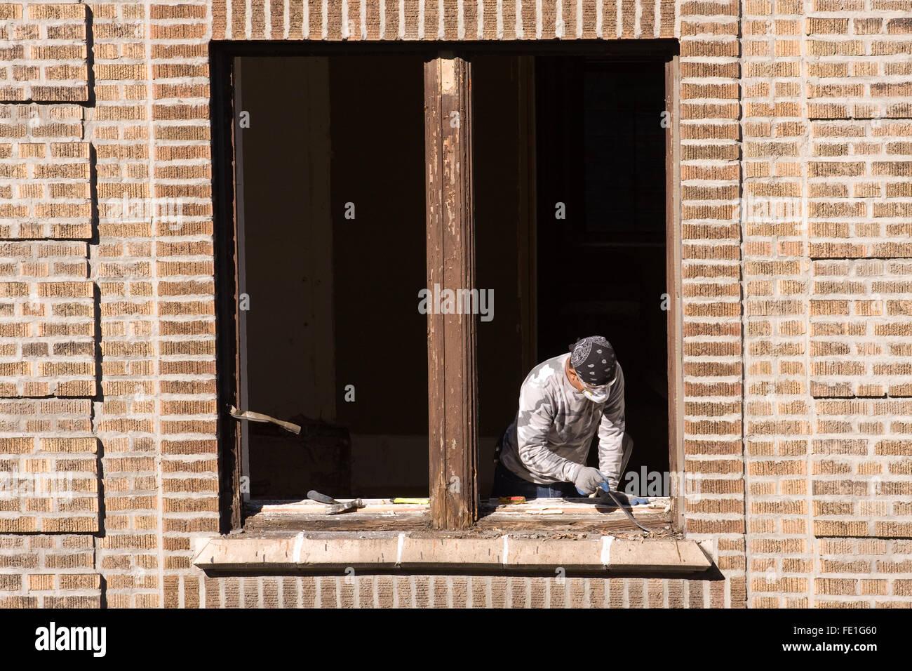 Trabajador de la construcción con una palanca pequeña extracción y ...