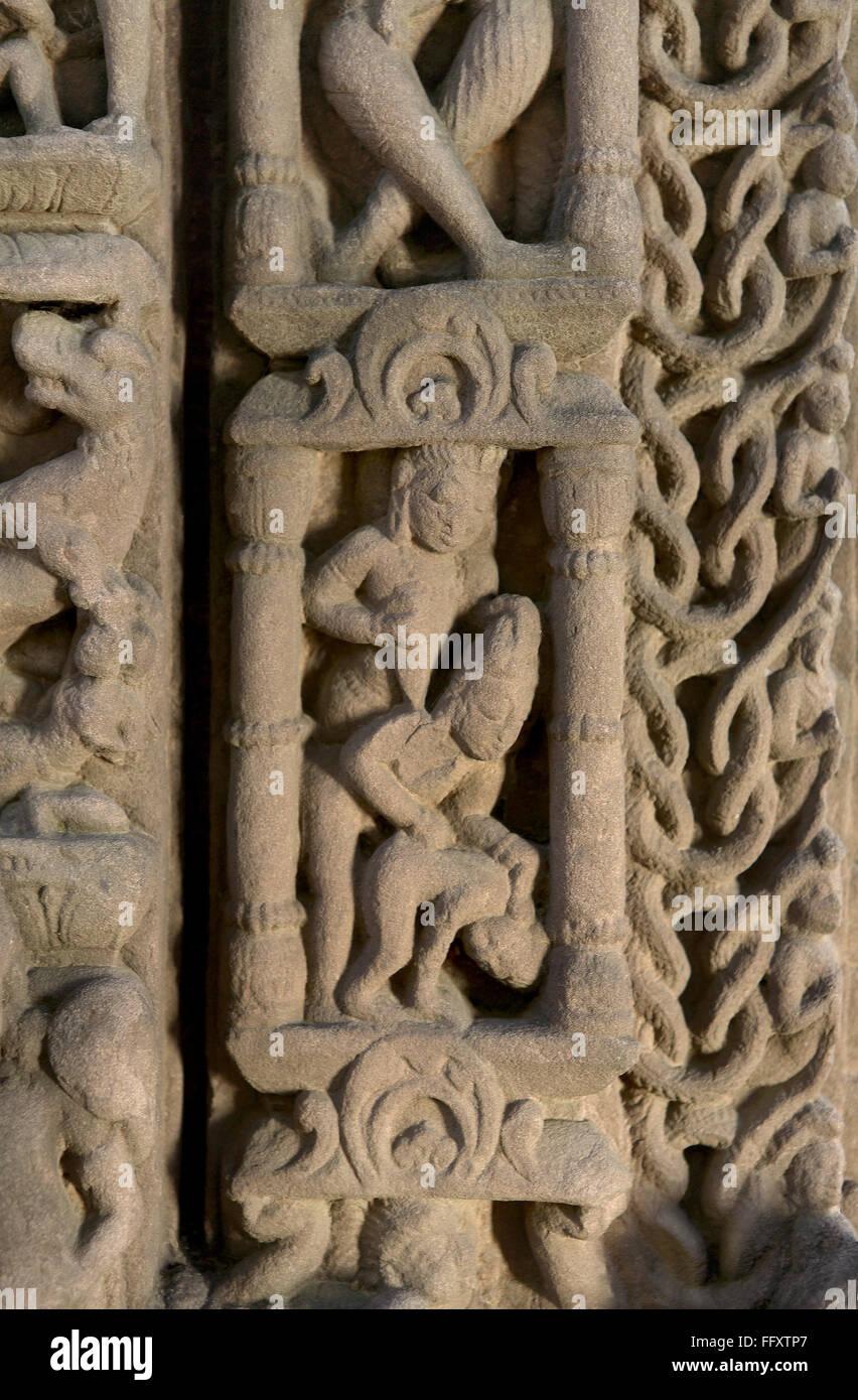 Bastidor de puerta con figuras humanas elementos decorativos ...