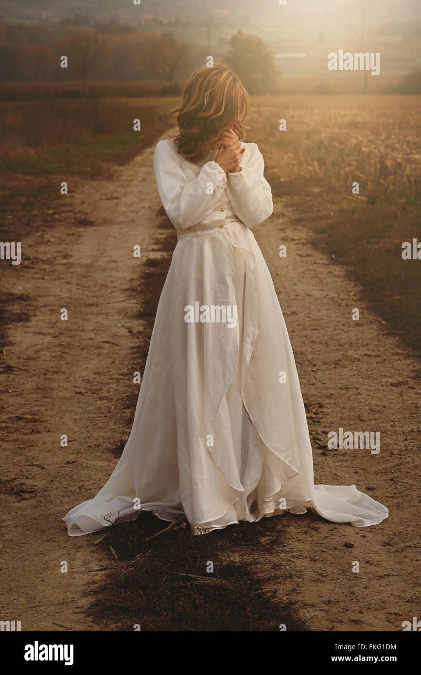 Lone mujer con novia vintage en campo . Pureza e inocencia Imagen De Stock