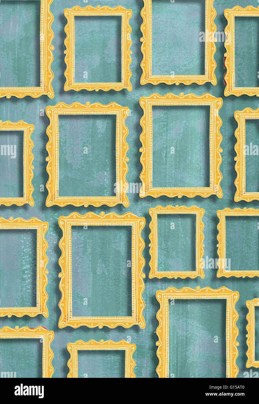 Los marcos de oro en diferentes tamaños sobre una pared gris verde ...
