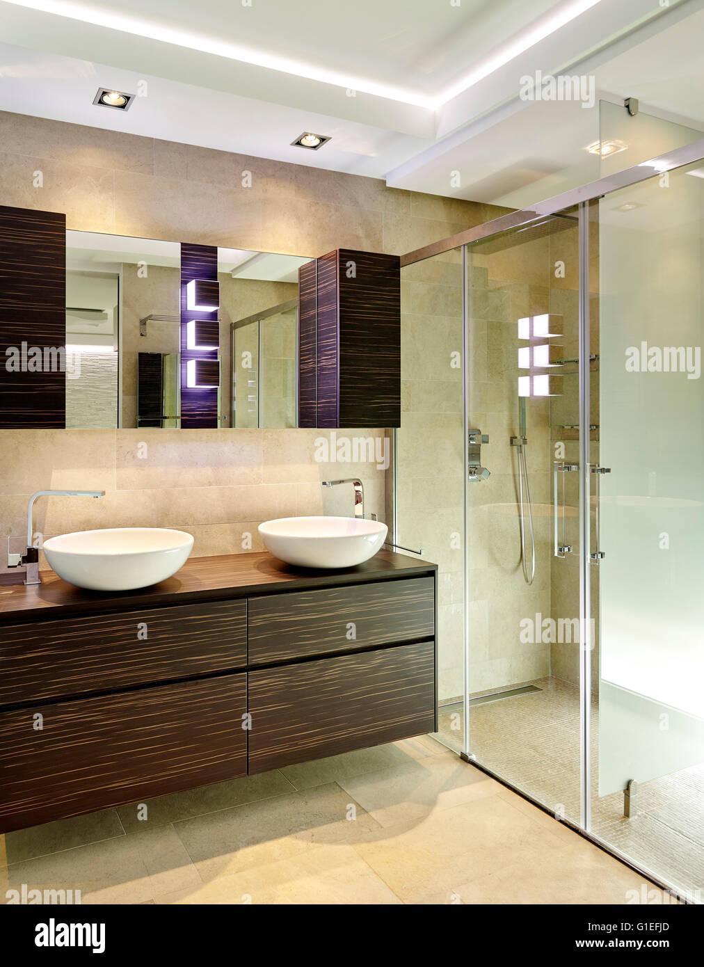 Casa Blanca, L\'Ametlla. Moderno cuarto de baño con cabina de ducha ...