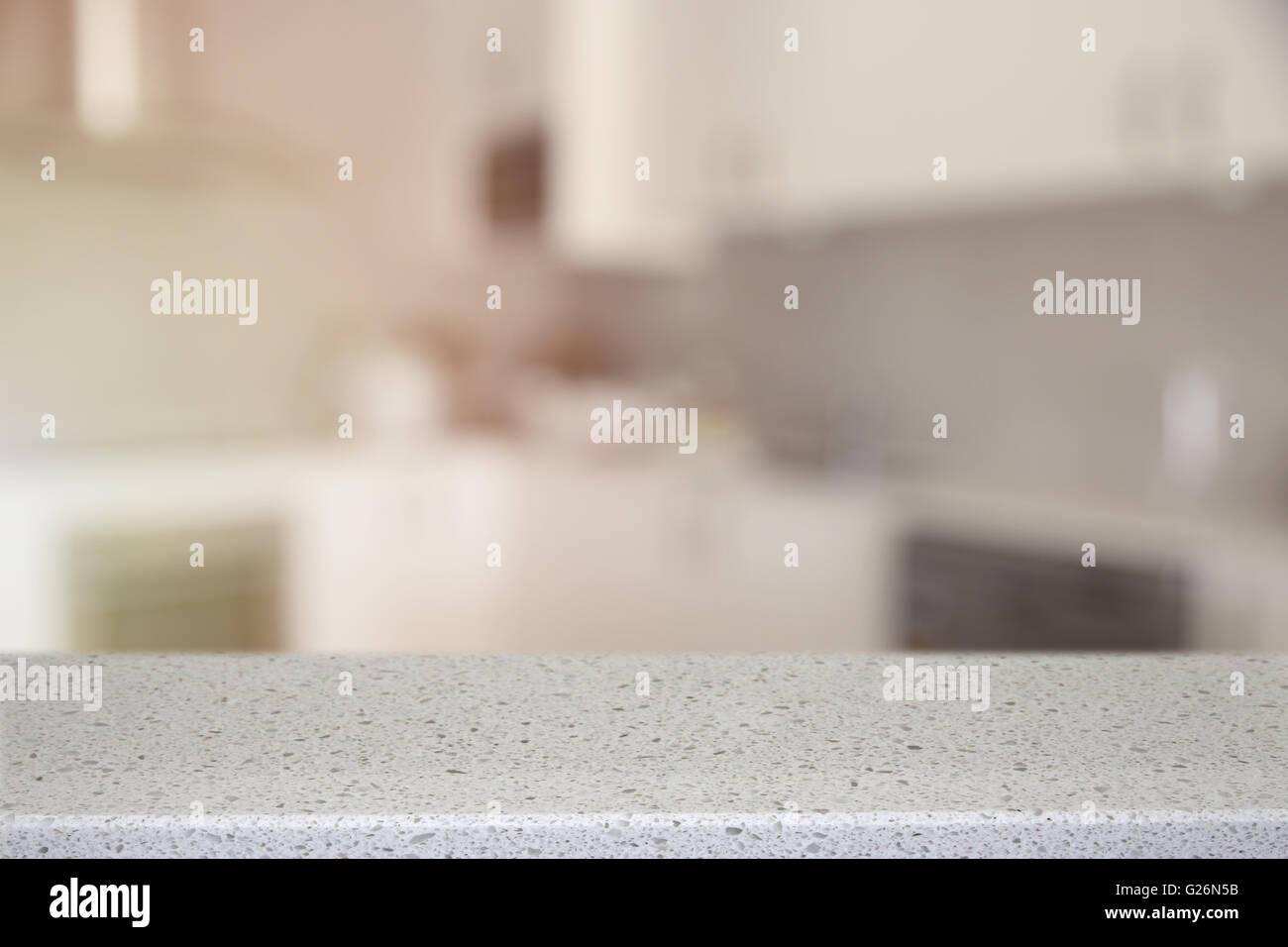 Piedra Cuarzo blanco encimera de cocina con desenfoque de fondo ...