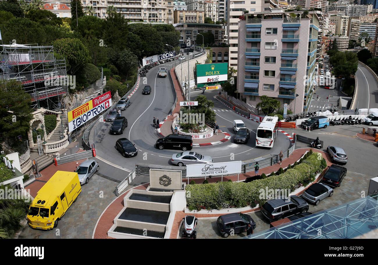 Circuito Monaco : Tráfico va a la vuelta de la horquilla en el circuito grand prix