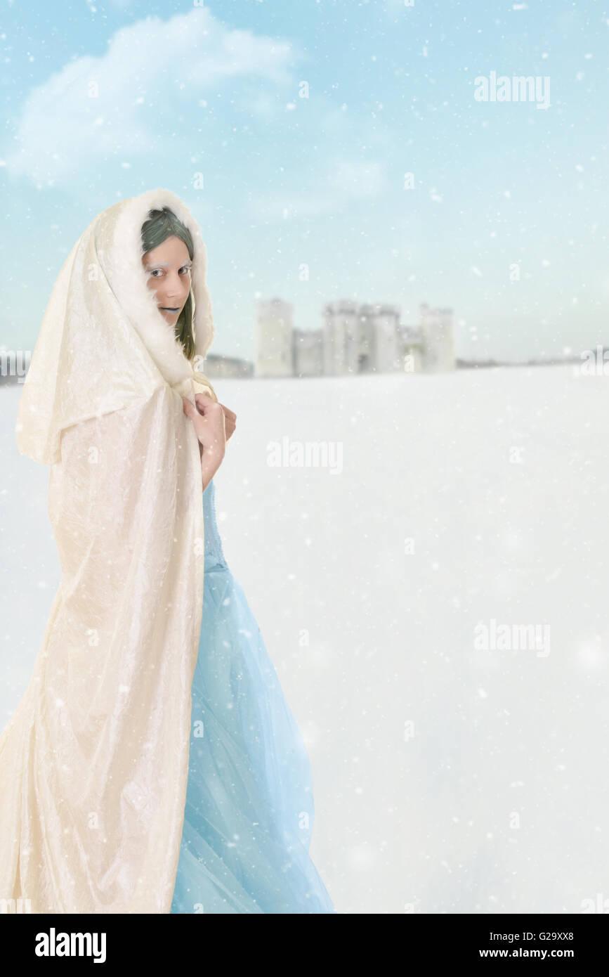 La princesa de invierno en la nieve. Imagen De Stock