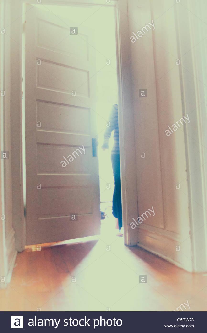 La figura de salir a través de una puerta Imagen De Stock