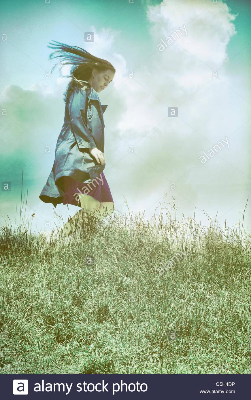 Windy mujer en abrigo negro Imagen De Stock