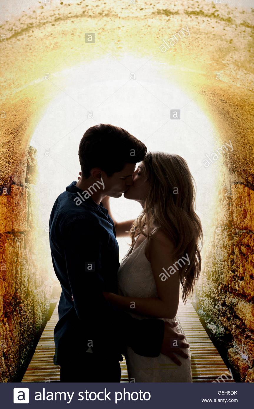 Pareja besándose en el túnel Imagen De Stock