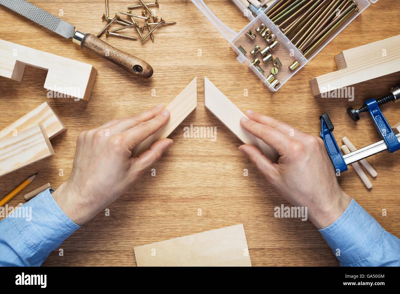 Taller de ebanistería mesa escena. Elaboración de armadura de madera ...