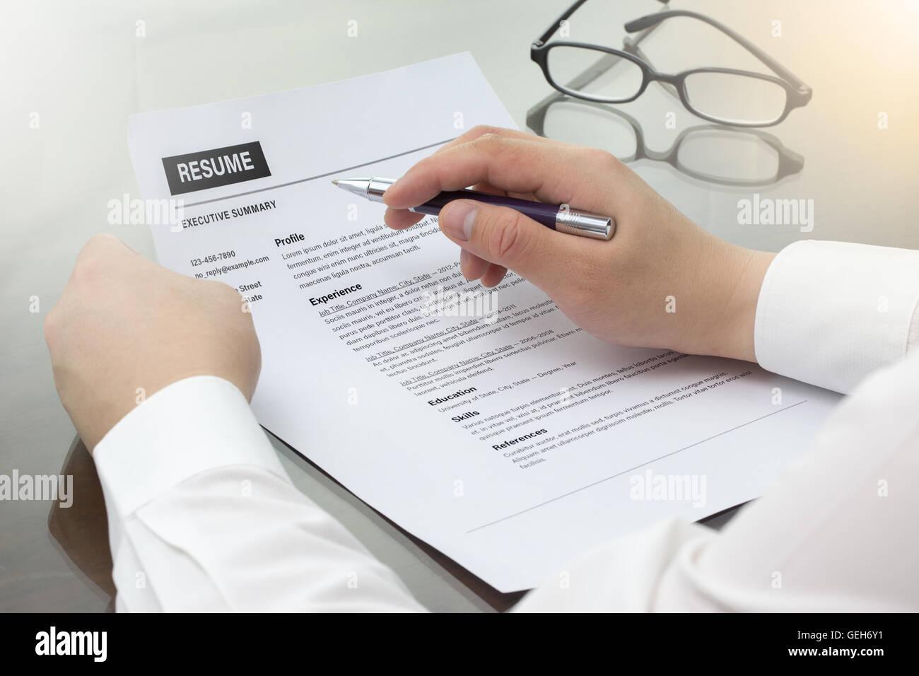 Hombre de negocios revise su curriculum en su escritorio o buscador ...