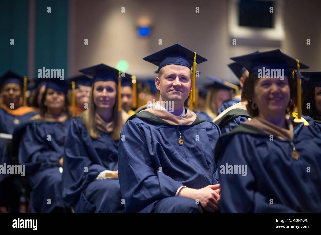 los candidatos de graduación en tapas y batas para esperar a recibir
