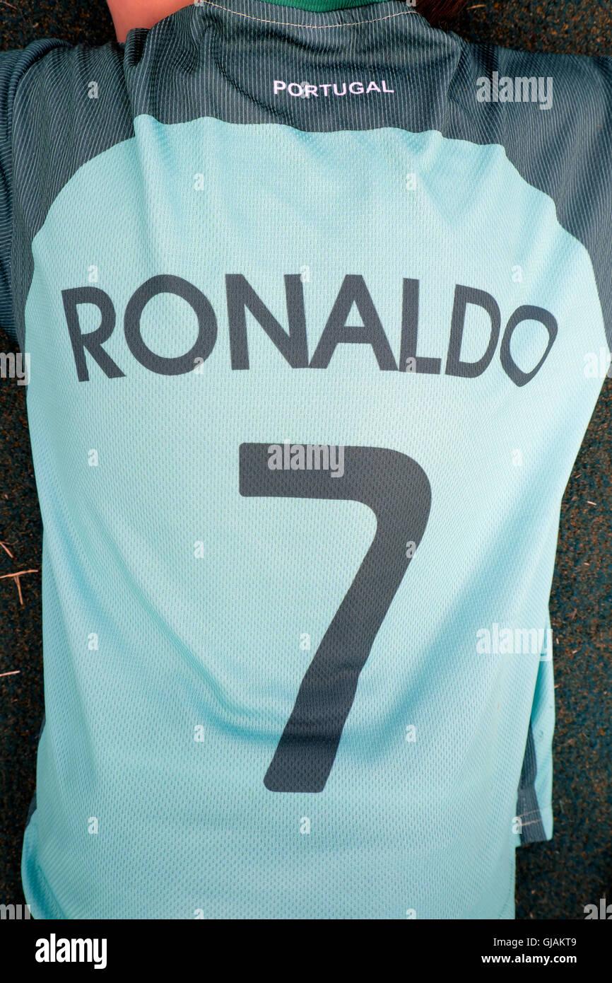 6b7c43e35a059 Ventilador de niños vestidos de Cristiano Ronaldo 7 verde camiseta de  fútbol Euro 2016 Portugal Reino Unido KATHY DEWITT