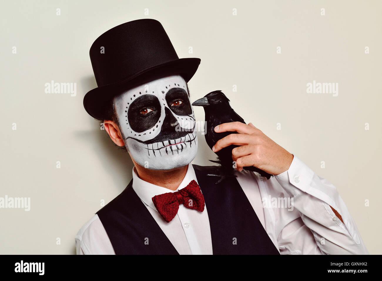 Hombre vestido de negro con sombrero