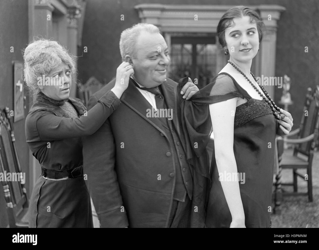 sonriente esposa del mientras MUJER Película antiguo muda su oído DEL TIRANDO VESTIDO hombre LA todavía el JOVEN DE en 1920s hombre remolcadores 1910s tOwFqq