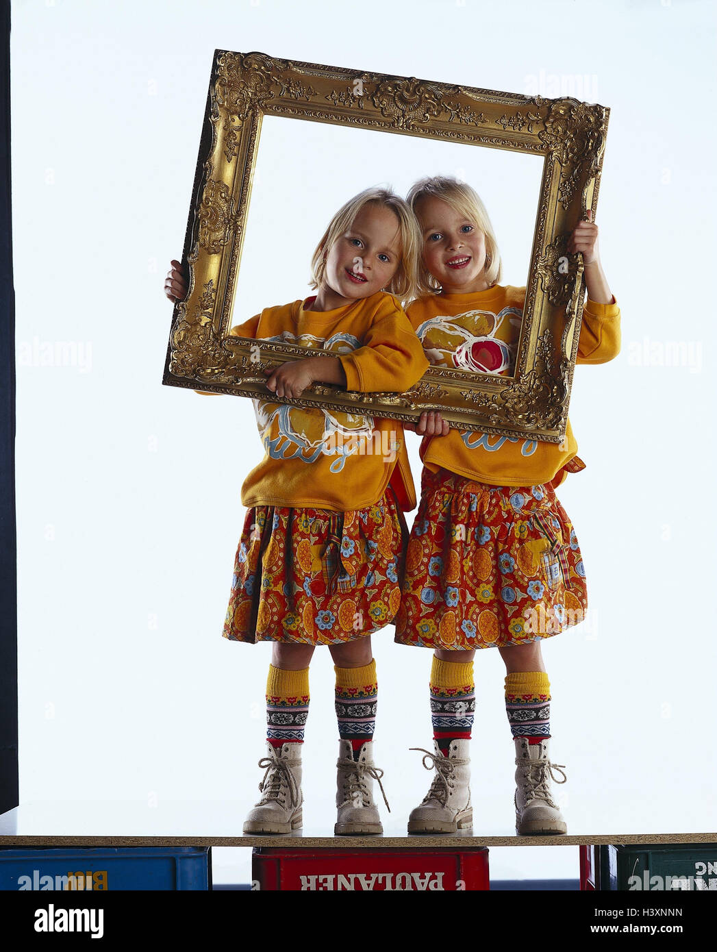 Las niñas, gemelos, marcos, mire a través de los niños, dos hermanas ...