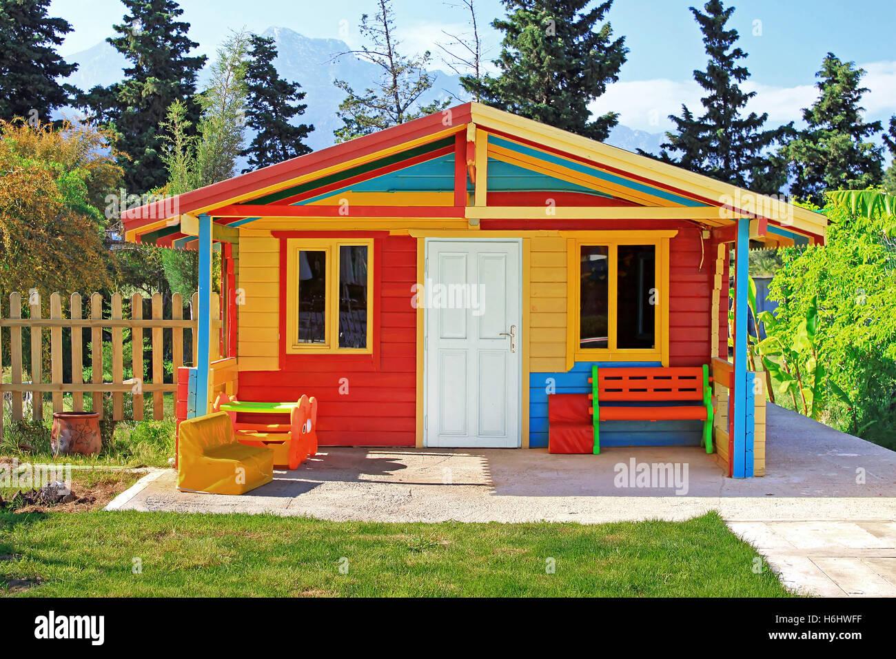 Juegos Infantiles En El Patio De La Casa Foto Imagen De Stock - Casa-de-juegos-infantiles