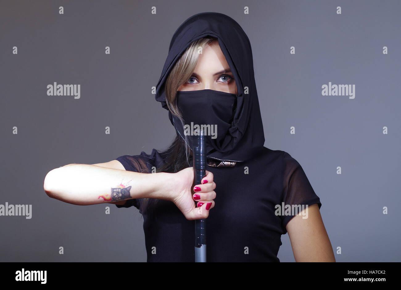 Mujer vestida de negro y con velo
