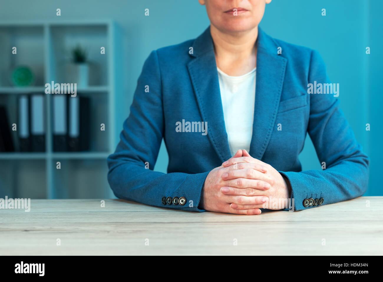 Habilidades de negociación comercial con ejecutivo femenino sentado ...