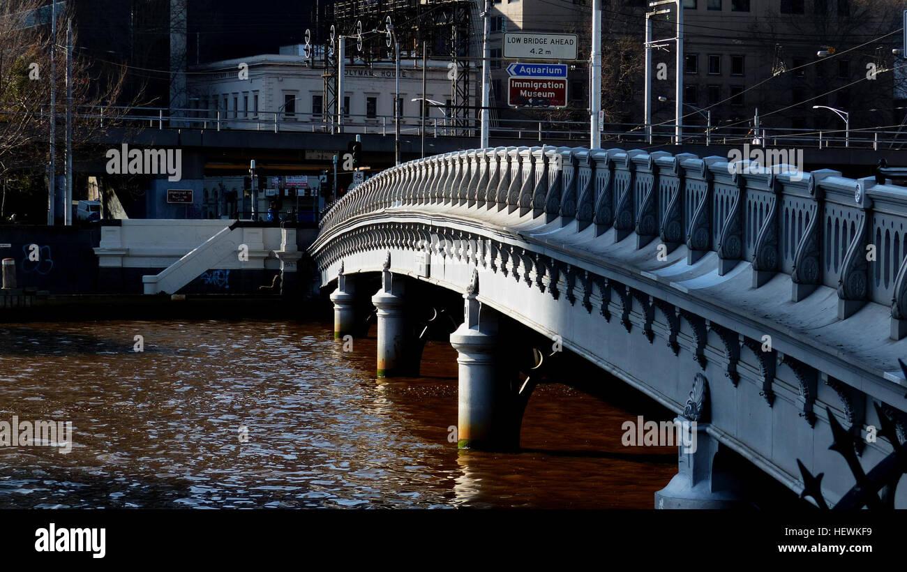 Queens puente que cruza el Yarra en el sur de extensión de Market ...