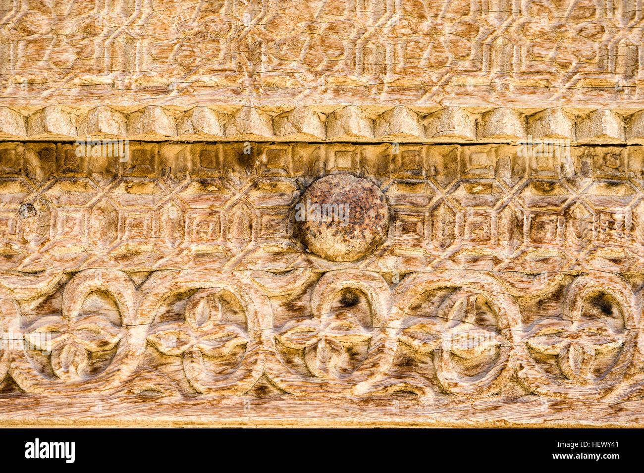 Talla ornamental en el marco de la puerta de madera de una casa ...