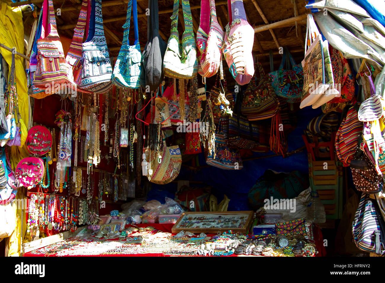 538a5283166c Calado del proveedor local con bolsas y accesorios para mujeres turistas en  la playa de Anjuna en el norte de Goa