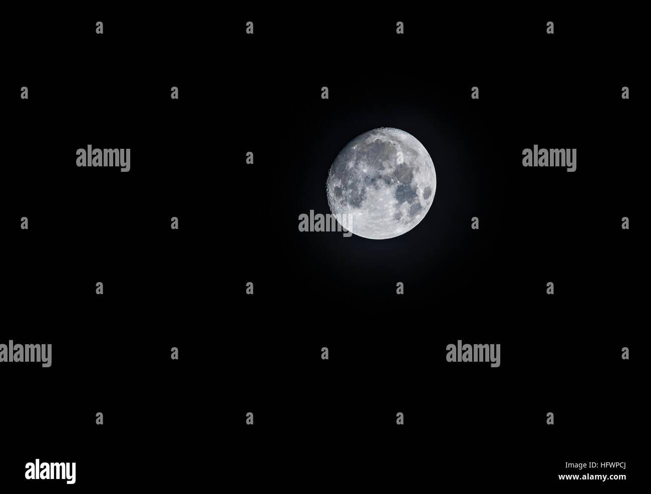 La Luna en cuarto menguante con cera, visto de Surrey, en el sudeste ...