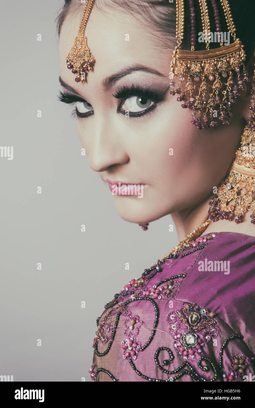 Grave asian bride mirando por encima del hombro Imagen De Stock