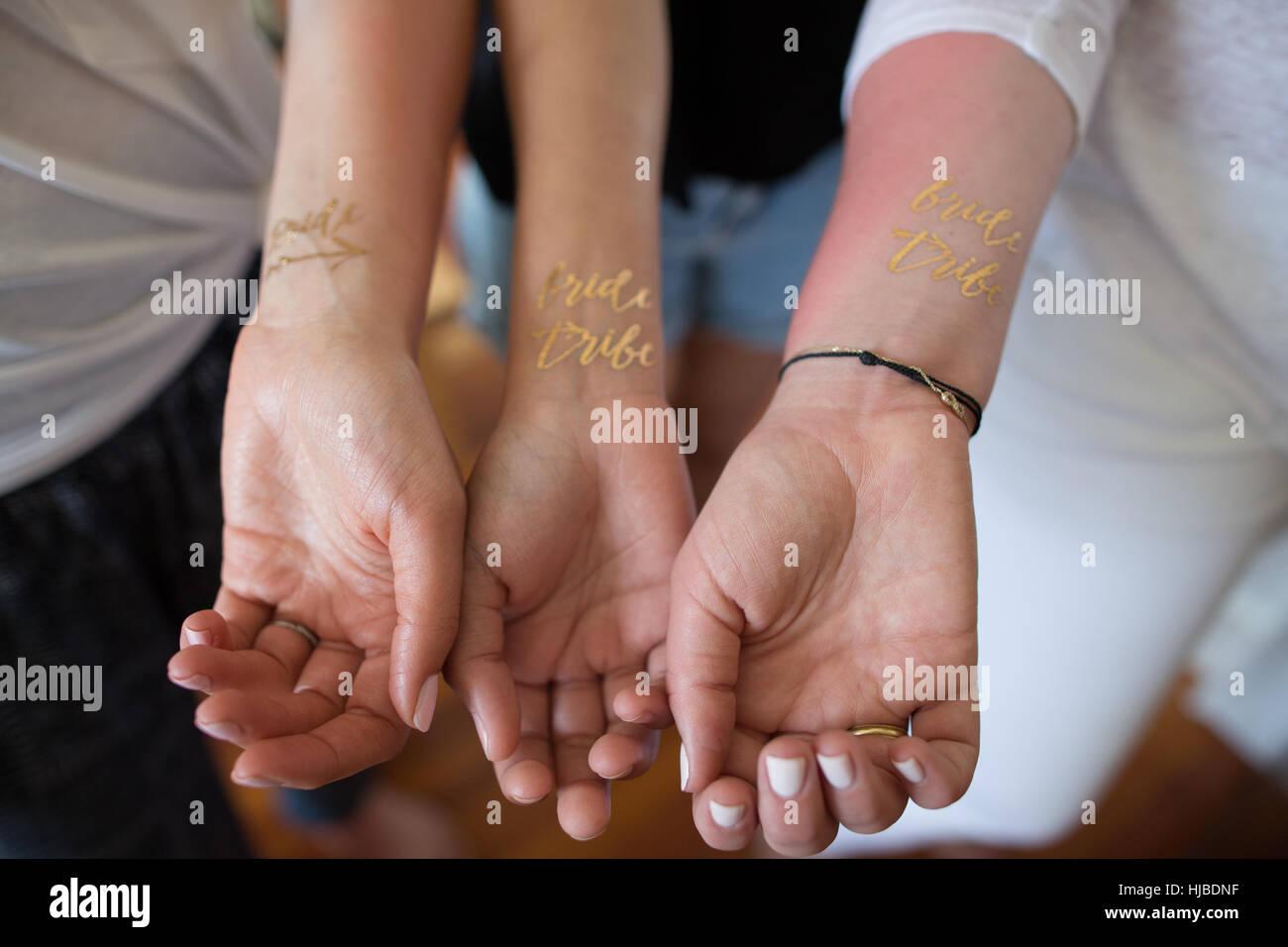 Tres Jóvenes Mujeres Mostrando Novia Temporal Tribu Tatuajes En