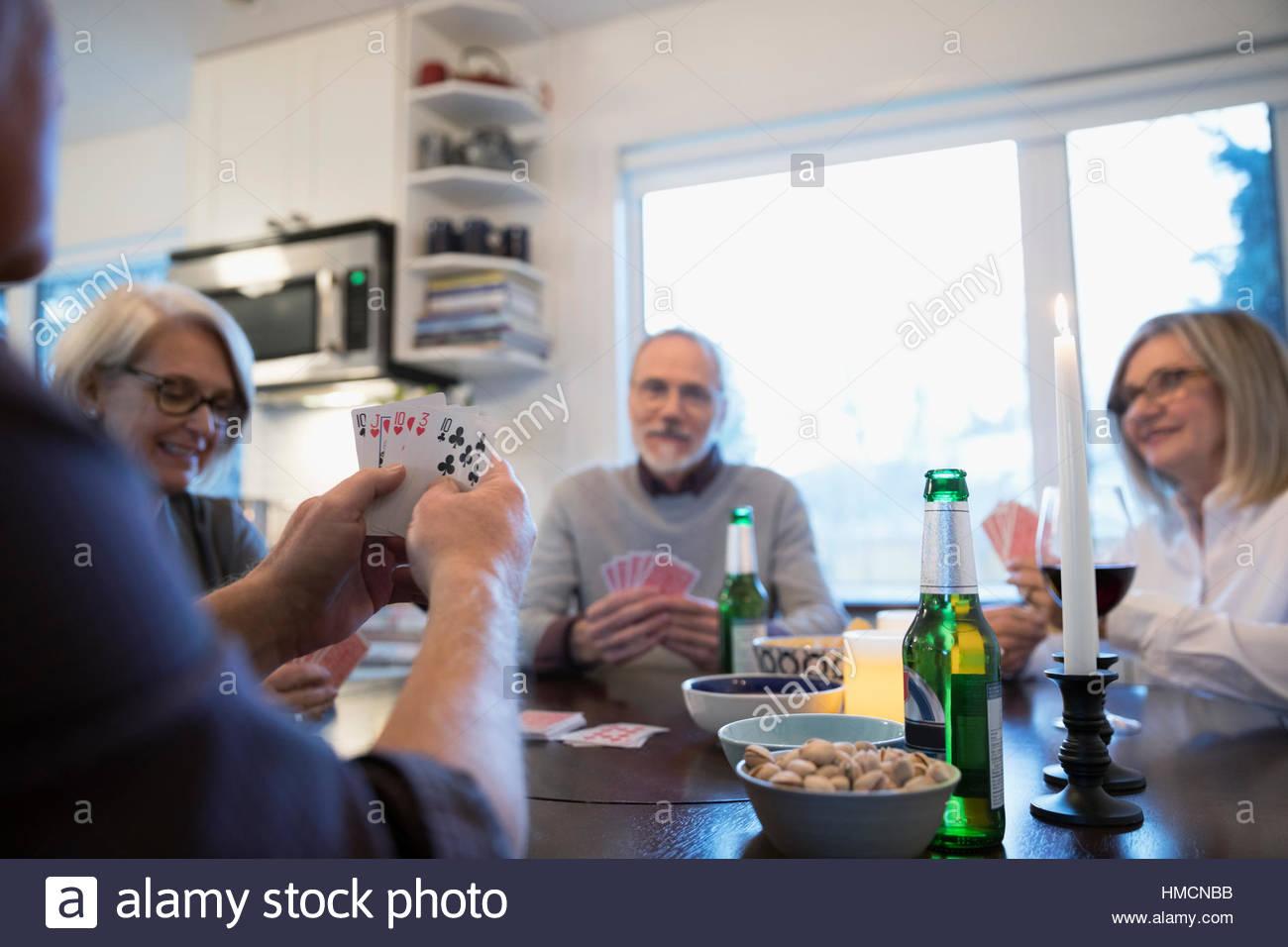 Las Parejas Ancianas Amigos Jugando Poker Y Bebiendo Cerveza Foto