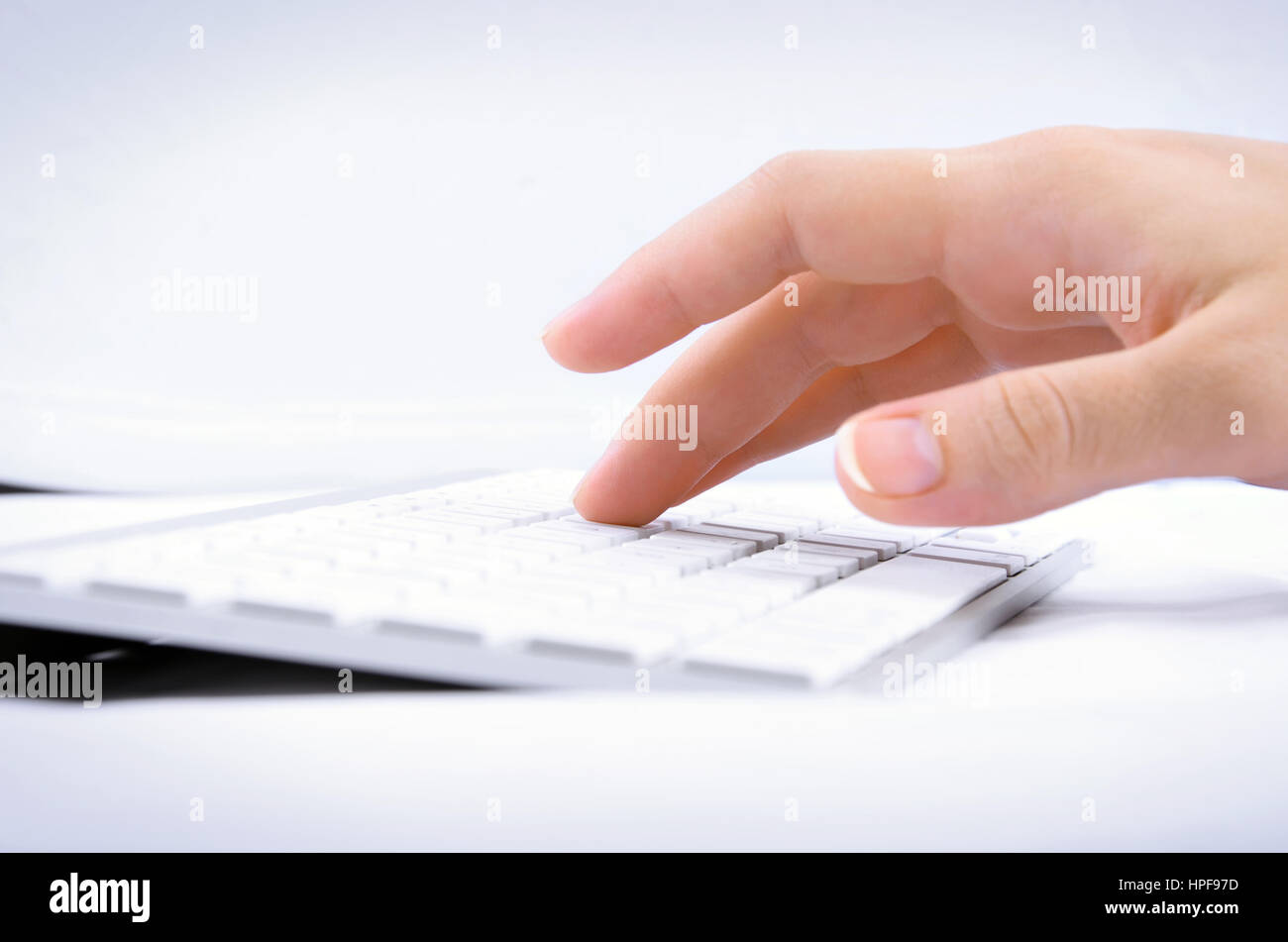 Mano de mujer escribiendo en el teclado del ordenador. Imagen puede ...