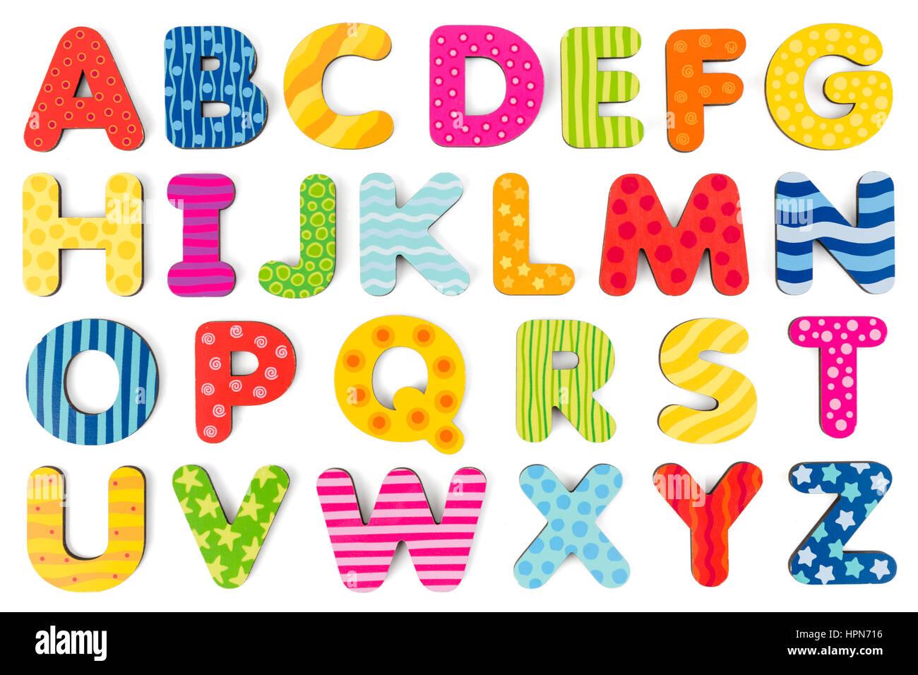 Las letras del abecedario de madera de colores sobre un fondo blanco ...