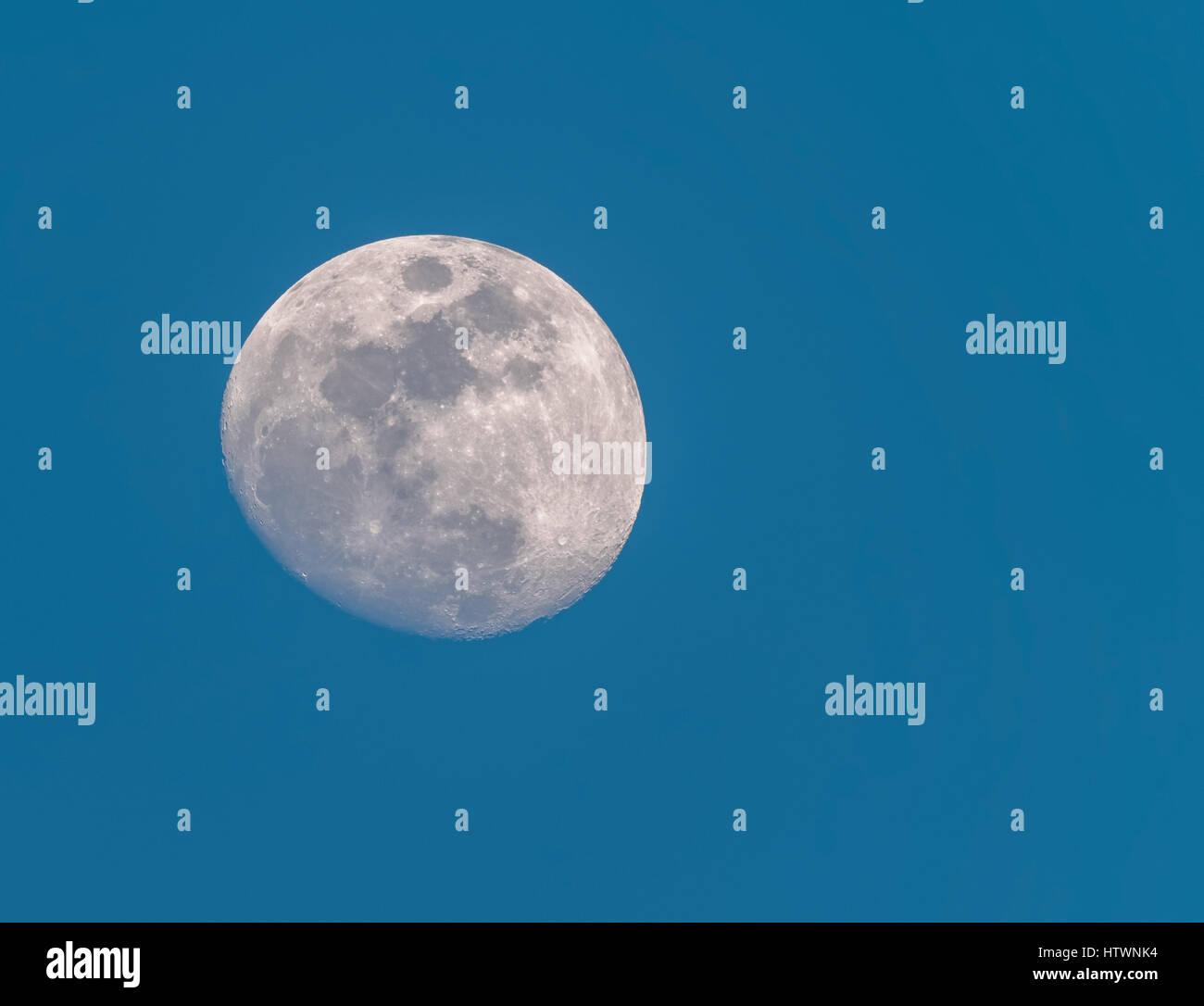 Encerar el cuarto menguante de la luna en el cielo azul de la mañana ...