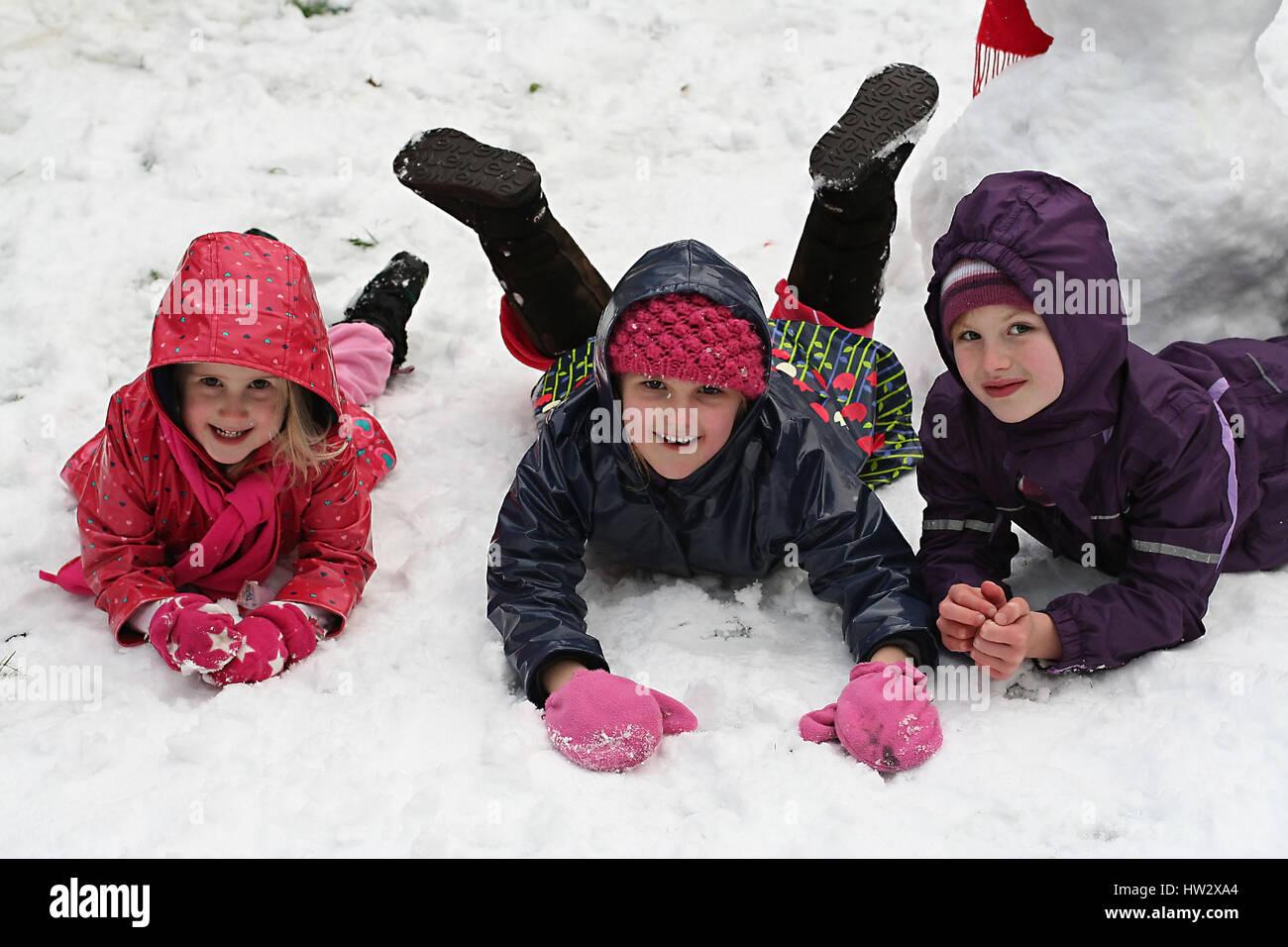 Ninos Jugando En La Nieve Dublin Irlanda Foto Imagen De Stock