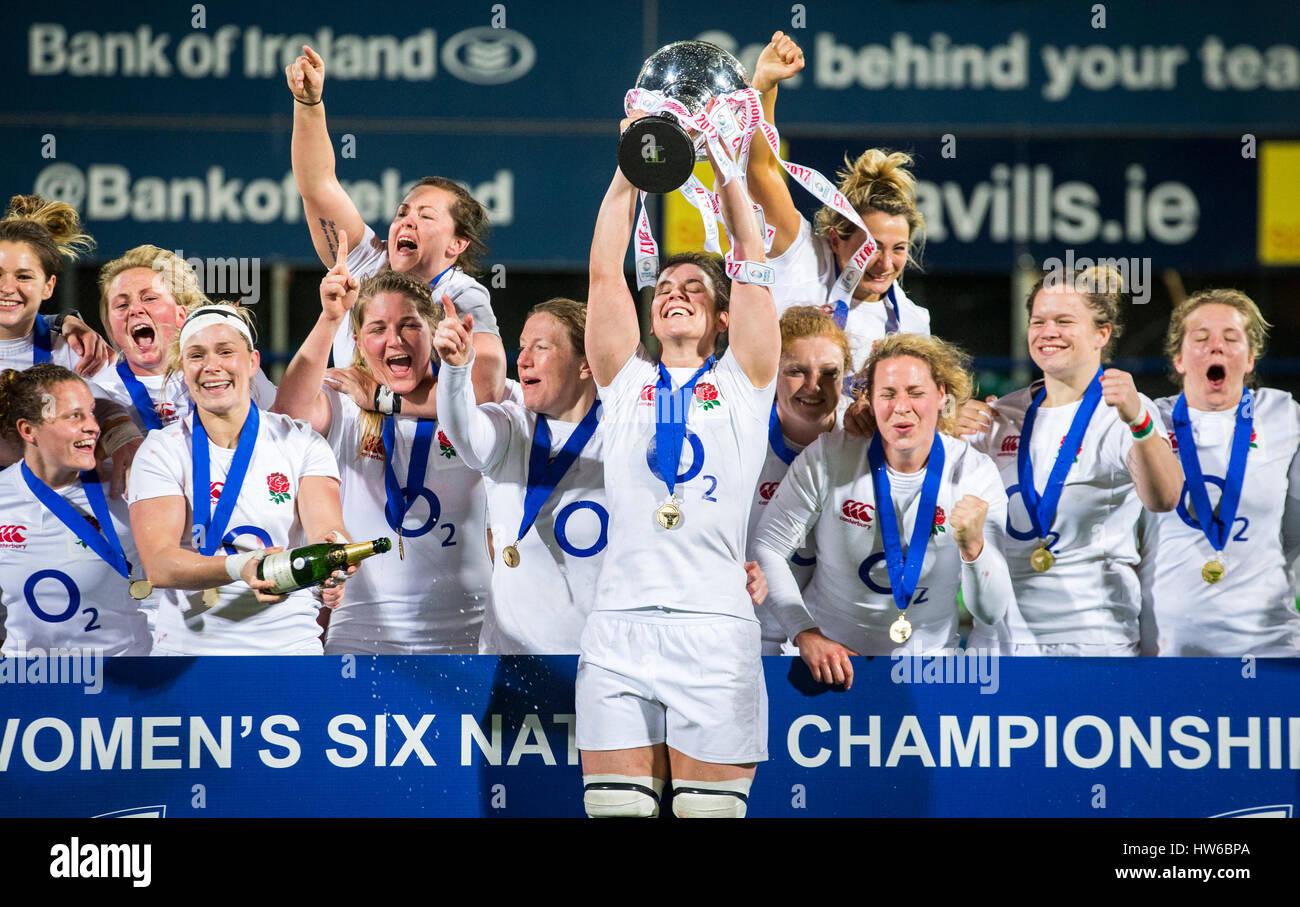 Inglaterra capitán Sarah Hunter levanta el trofeo de las seis naciones como ella celebra con sus compañeros Imagen De Stock