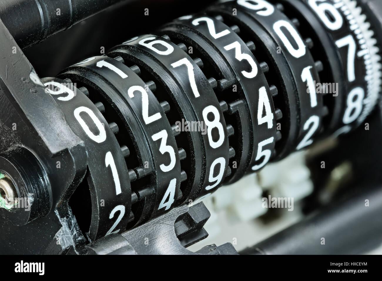 ¿Cuánto mide Jesé Rodríguez? - Real height Marcador-mecanico-con-diferentes-numeros-blancos-sobre-plastico-negro-rollos-de-contador-hxceym
