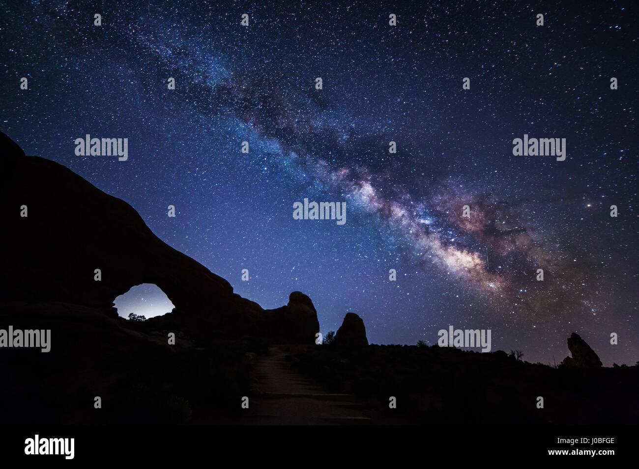 OSOYOOS, CANADÁ: La Vía Láctea enmarcada contra el paisaje nocturno ...