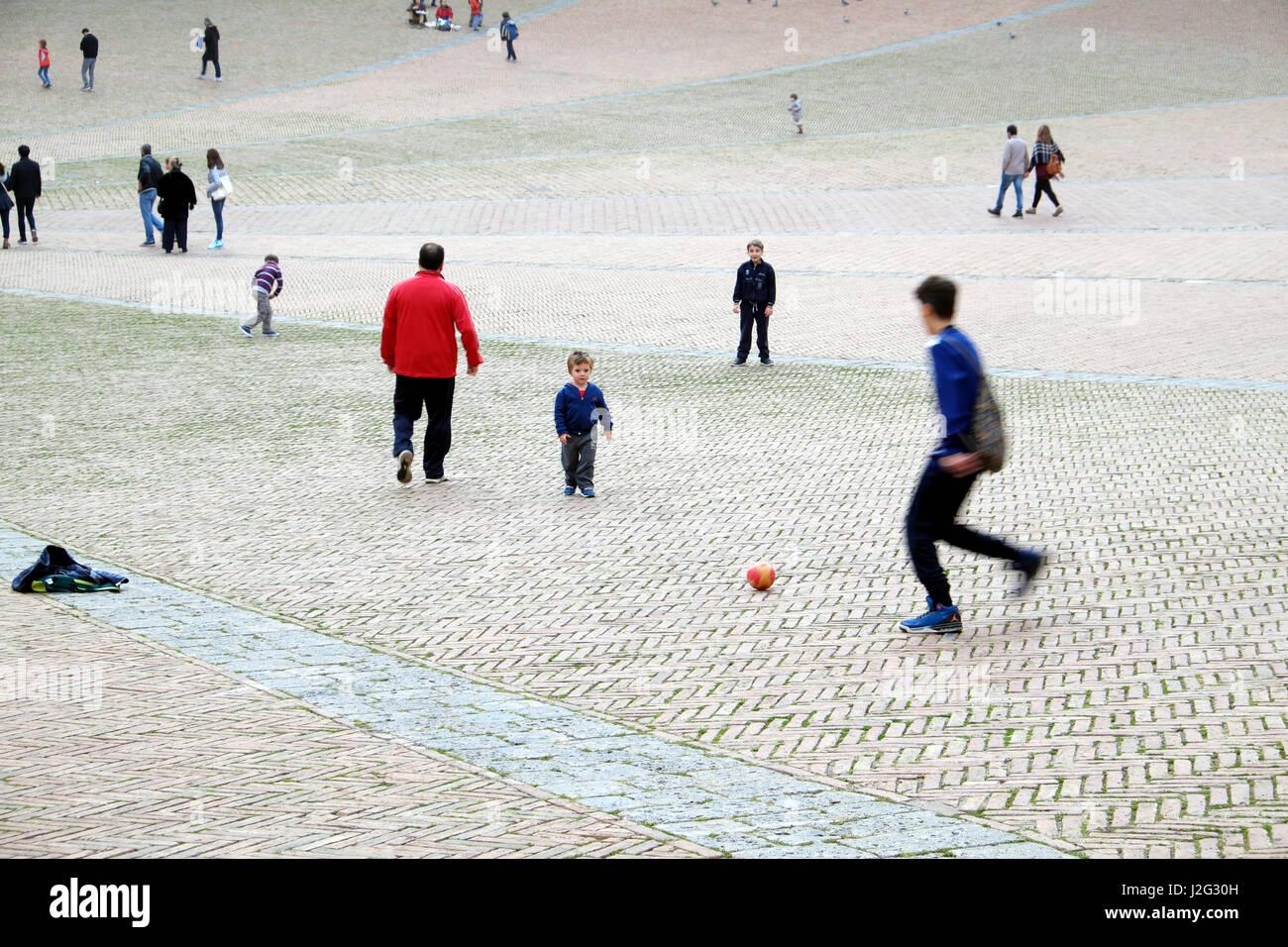 Futbol En La Calle Jovenes Y Ninos Jugando Futbol Soccer En