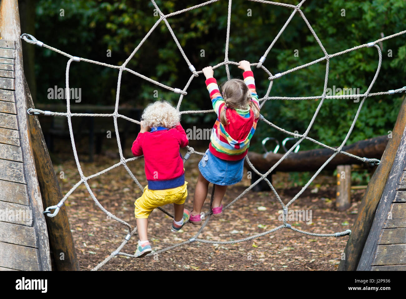 Niños jugando en activo neto de escalada en el patio de la escuela ...