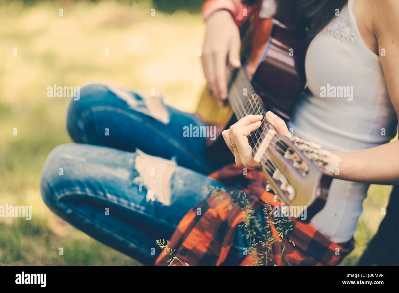 Mujer con Festival de Guitarra en parte Foto de stock