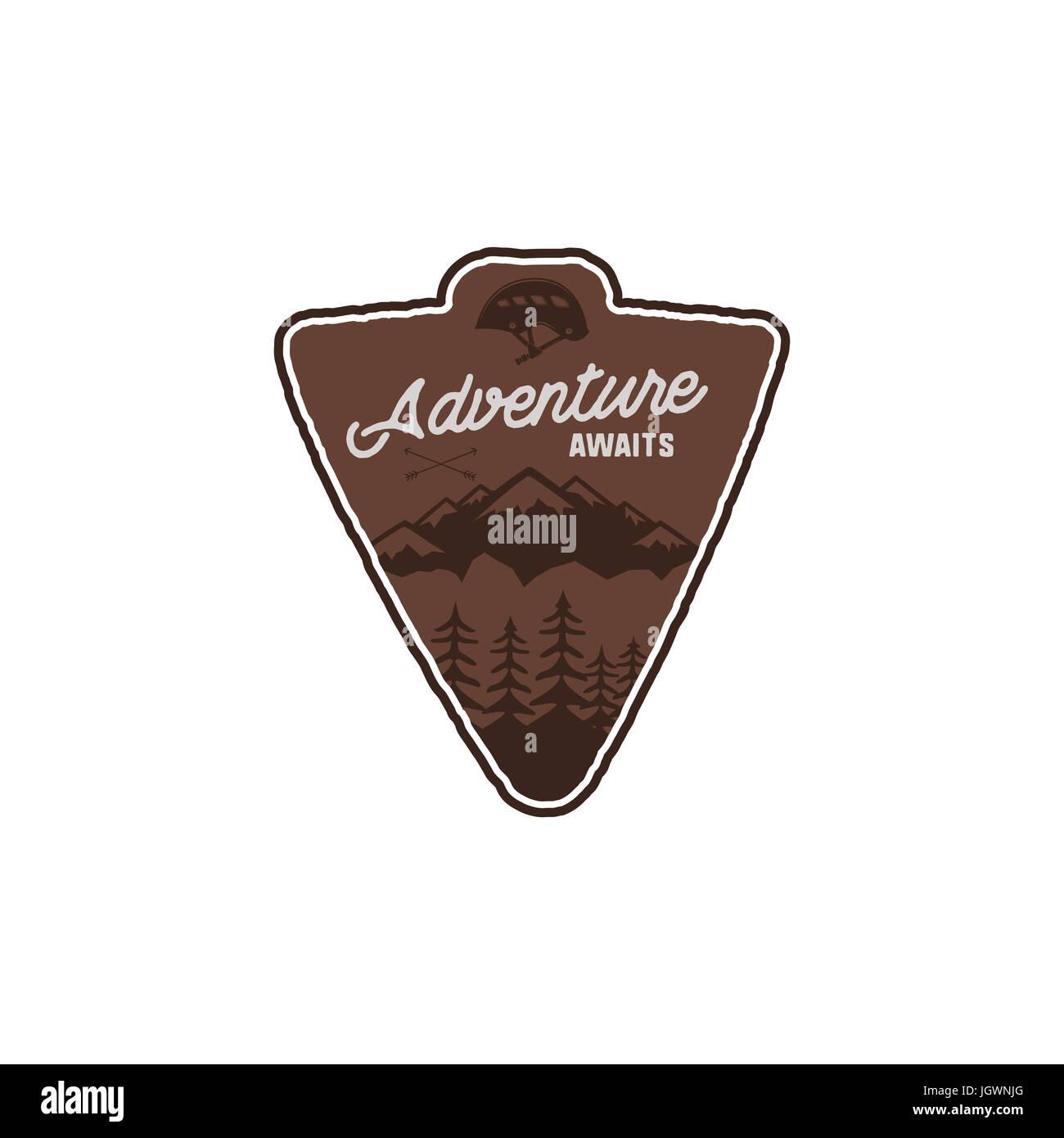 Dibujados a mano insignia vintage en camping y senderismo etiqueta ...