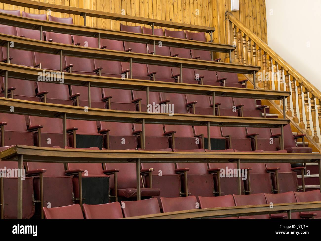 Tiered filas vacías de viejos asientos plegables en Anatomía ...